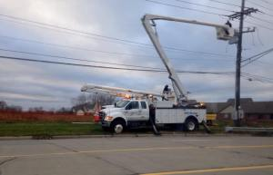 DTE working on lines along Ryan Rd., north of Chicago Rd. where the traffic light is out at that intersection (Photo: Marisa Fusinski/WWJ)