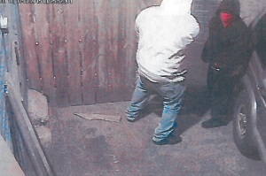 The two suspects wanted by police. (Surveillance images)