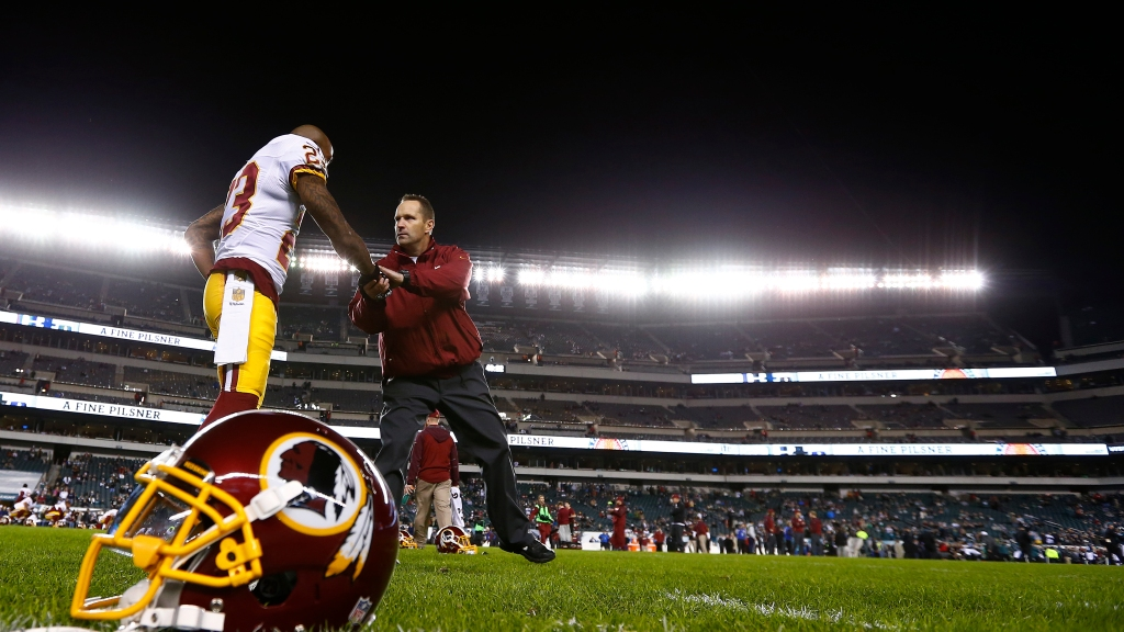 5005a900 Redskins Coach Caught Relieving Himself On The Sideline During Game ...